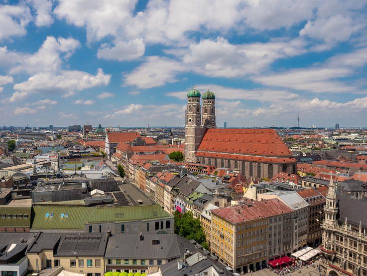 """Blick vom """"Alten Peter"""" zur Frauenkirche - eines der Münchner Wahrzeichen."""