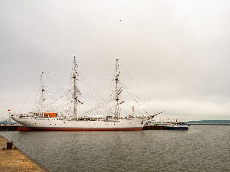 Im Stralsunder Hafen liegt die Gorch Fock 1, ein 1933 gebautes, als Bark getakeltes, Segelschiff.