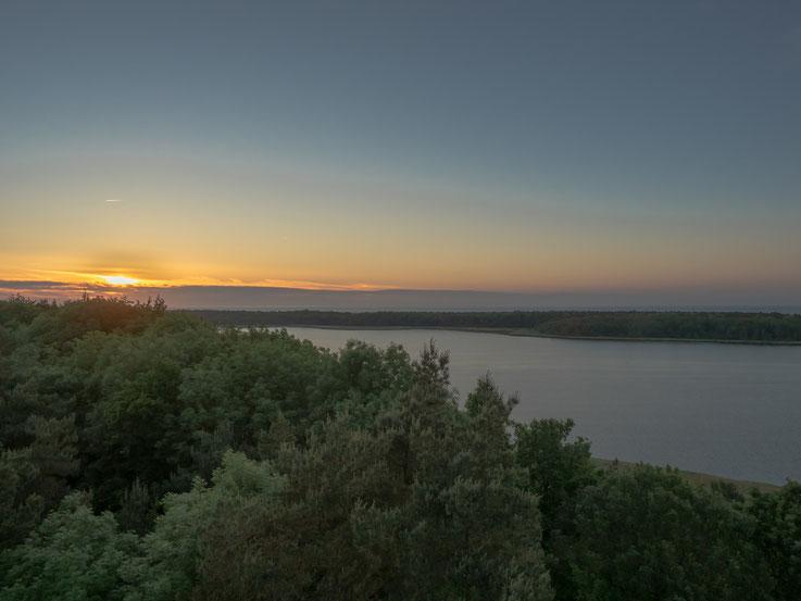 Sonnenuntergang des ersten Tages, gesehen von einem Aussichtsturm.