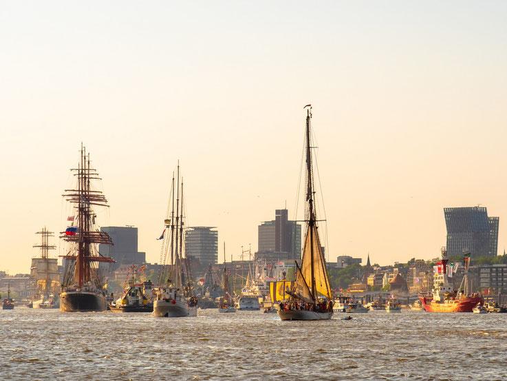 """Man fühlte sich an die Hymmne der Stadt Hamburg erinnert : ...und Deiner Schiffe Mastenwald""""......"""
