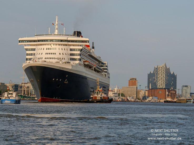 QM 2, im Hintergrund die Elbphilharmonie mit der Hafencity