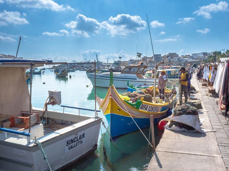 Viele Fischer verwenden noch die traditionellen Holzboote in der, für Malte typischen, Bauweise