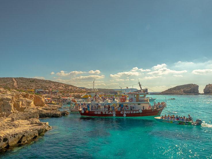 Der Ankerplatz der Touristenschiffe in der blauen Lagune