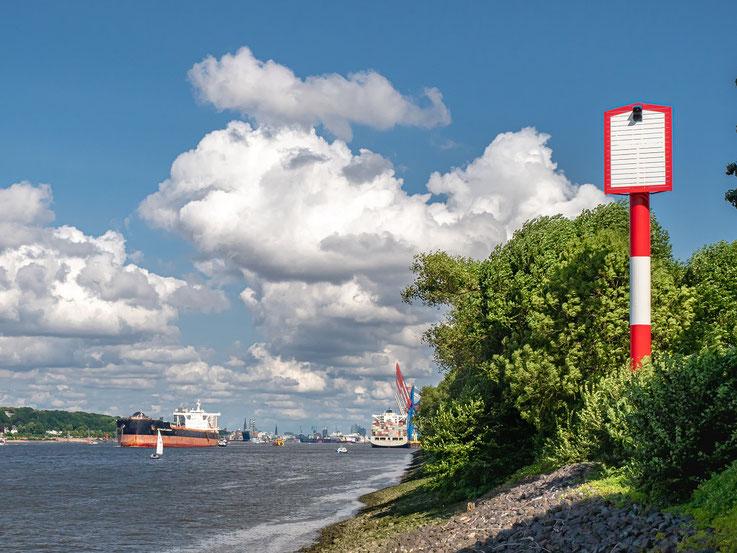 Das Unterfeuer am Bubendeyufer weist, gemeinsam mit vielen anderen Leuchtfeuern den Schiffen den Weg in und aus dem Hafen heraus.
