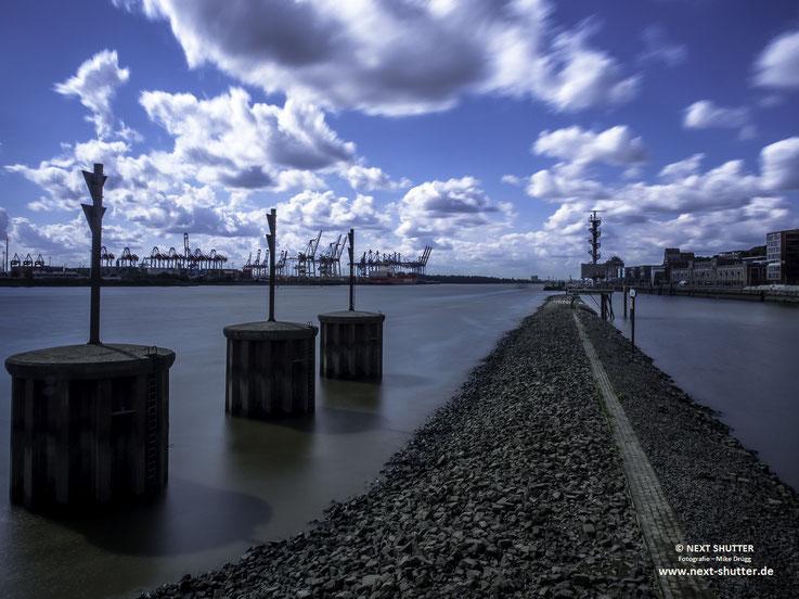 Blick vom Dockland die Elbe abwärts