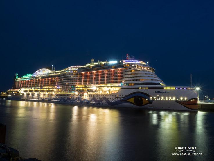 Wenn das Schiff mal nächtens im Hafen liegt, ist es selbst eine großartige Kulisse. Auf dem Schiff kann es kaum schöner sein.