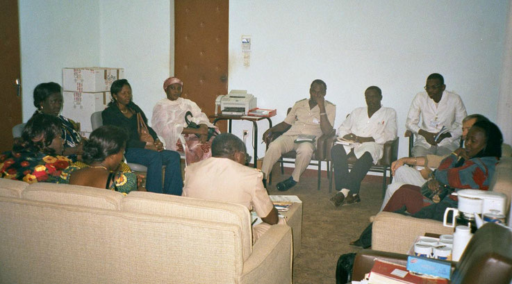 """Meeting with a team of experts in a hospital in Niamey who treat """"fistuleuses"""" (Photo: A. Rüegg)"""
