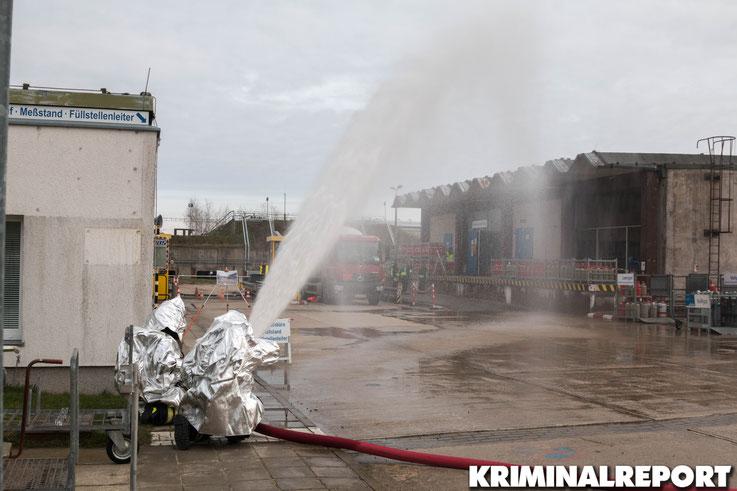 Feuerwehrleute kühlen den Tanklaster.|Foto: Christopher Sebastian Harms