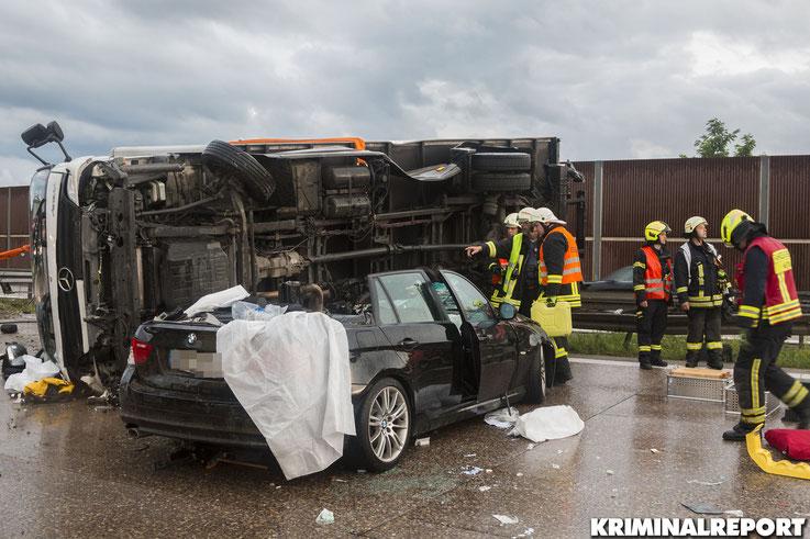 Der BMW war unter dem LKW verkeilt, sodass der LKW von der Feuerwehr gekippt wurde.|Foto: Christopher Sebastian Harms