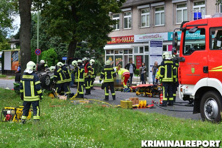 Der Peugeot überschlug sich. Die Feuerwehr befreit den Beifahrer.|Foto: Dennis Brätsch