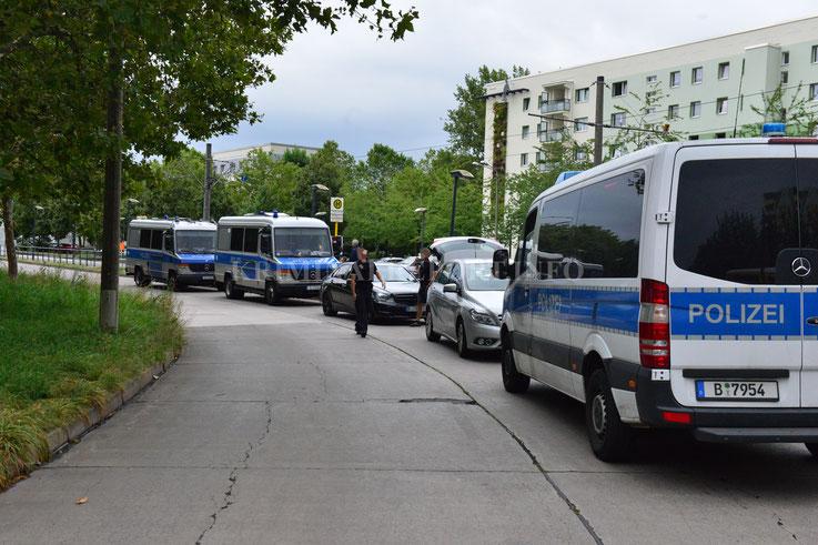 Die Beamten stoppten den Mercedes in der Zossener Straße.|Foto: Dennis Brätsch