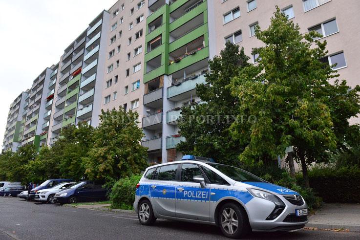 Polizei vor dem Haus der mutmaßlichen Drogenhändlern.|Foto:Dennis Brätsch