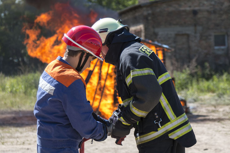 Jugend- und Freiwillige Feuerwehr bereiten den Löschangriff vor.|Foto: Christopher Sebastian Harms
