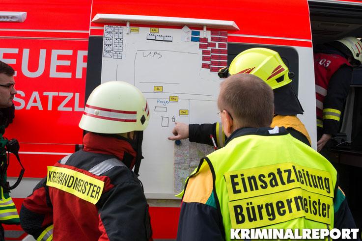Einsatzleiter und Bürgermeister beraten sich.|Foto: Christopher Sebastian Harms