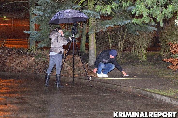 Kriminalpolizisten sichern Spuren am Tatort.|Foto: Kriminalreport