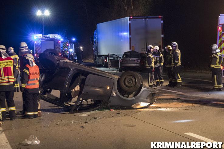Der Renault der 18-Jährigen kam auf dem Dach zum liegen. Der VW stieß mit dem LKW zusammen.|Foto: Franz Talke