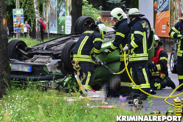 Das Fahrzeug musste mit schwerem Gerät von der Feuerwehr geöffnet werden.|Foto: Dennis Brätsch