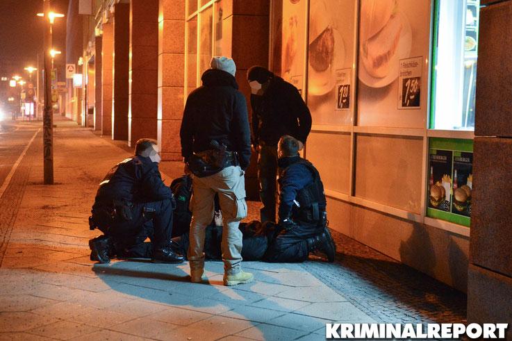 Der Mann lief direkt auf die Beamten zu. Festnahme! Foto: Dennis Brätsch