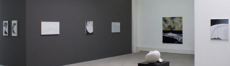 Ausstellungsansicht während der Ausstellung BRIGHT - Ulrike Buhl, Bertram Hasenauer, Markus Huemer, Roger Wardin (Malerei und Skulptur)