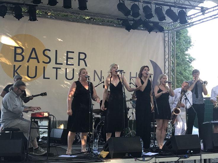"""Die elfköpfige, stimmungsband """"Soul Jam"""" in Action mit Tagesschau-Moderatorin Cornelia Bösch (dritte von links)"""
