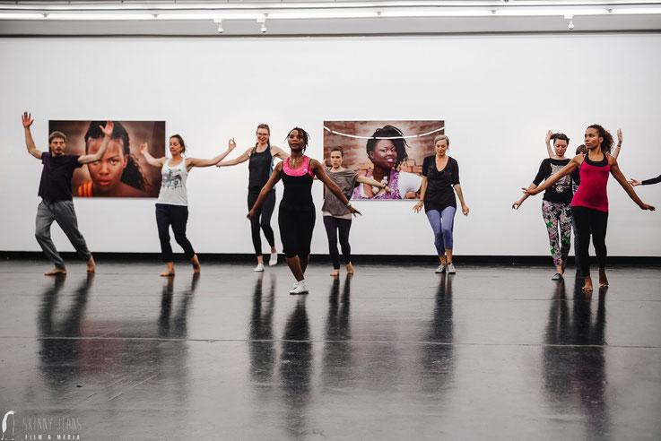 Karine LaBel traditioneller afro haitianischer Tanz Slow Moving Entschleunigung Achtsamkeit Stressbewältigung  Afro Tanz