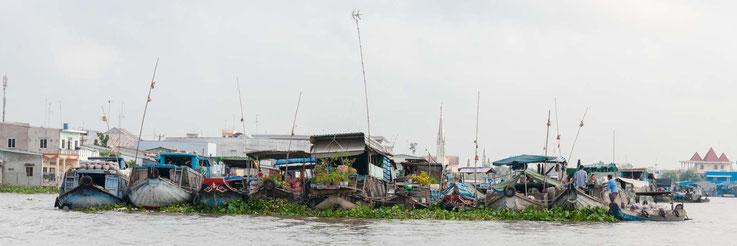 schwimmender Markt, die Stangen zeigen an was gehandelt wird