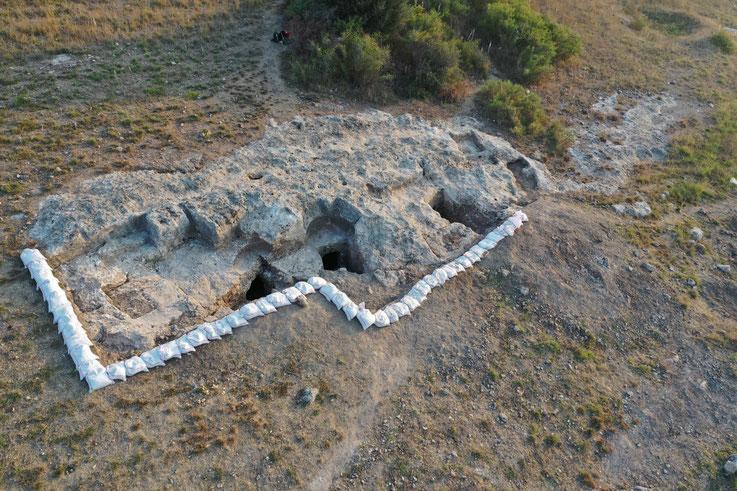 Abb. 3: Bereich der Felsgrüfte am Ende der Kampagne 2019 (Foto: A.E. Sollee).