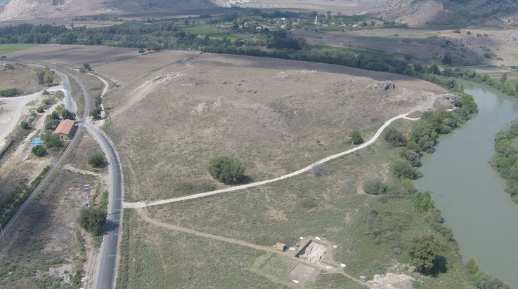 Der Sirkeli Höyük von Süden aus mit einer Drohne aufgenommen. Am linken Bildrand ist die einstige Station der Bagdad-Bahn zu sehen, wo sich heute das Besucherzentrum und das Grabungshaus befinden.