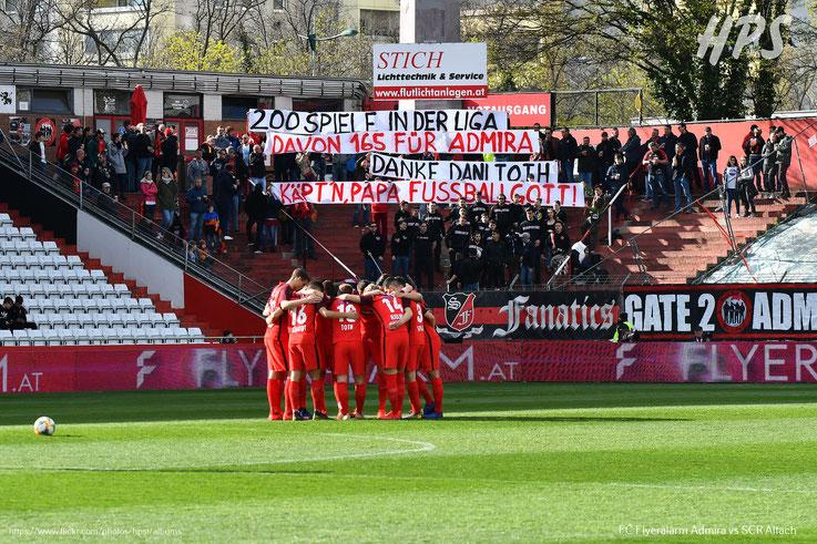 Die Fans von Admira Wacker zeigten ein Spruchband anlässlich des Jubiläum von Kapitän Daniel Toth