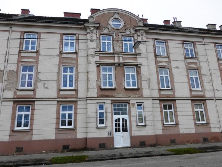 St. Pölten, Kranzbichlerstraße, restauratorische Begleitung der Fassadensanierung. Zustand: Massive Putzschäden, großflächige Putzabplatzungen und genereller Verlust der Putzfestigkeit.