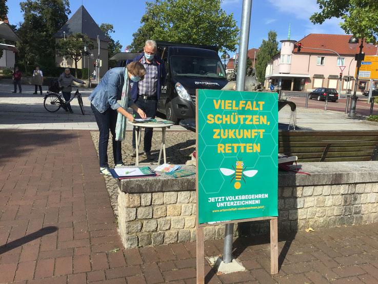 Ingrid und Burghard Alm am Stand von Bündnis 90 / Die GRÜNEN auf dem Marktplatz in Bergen