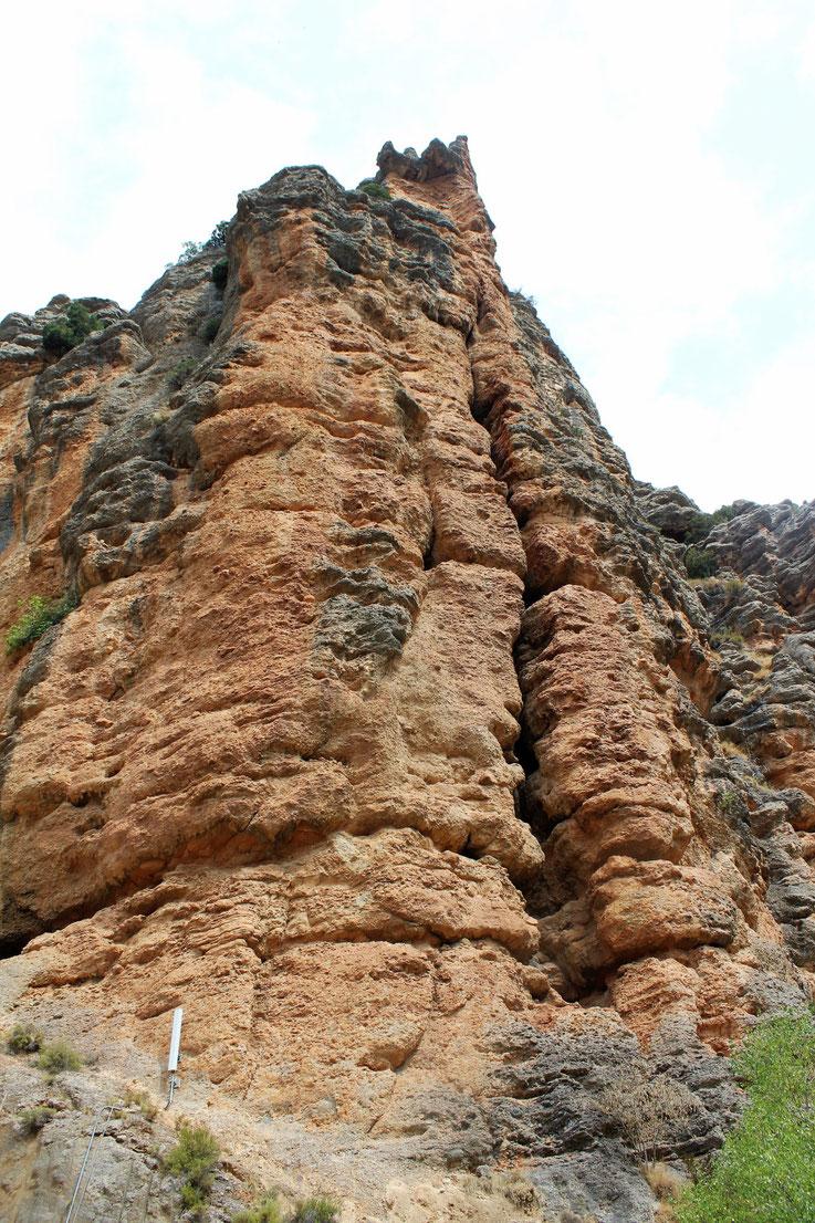 Comme surgit de terre, la paroi de Bagasse-Terradets dans la sierra de Montasec, Espagne
