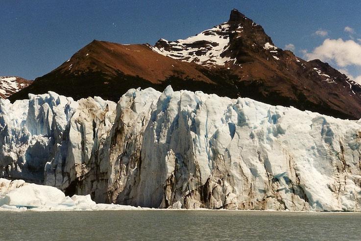 Le glacier Perito Moreno... le glacier fond, la montagne grandit, Argentine.