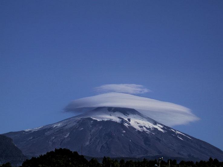 Le halo de nuage sur la montagne...qui s'étire pour l'atteindre, Chili