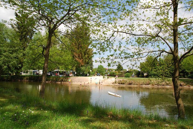 Oertzewinkel Camping mit Naturbadeteich. Die Wasserqualität ist geprüft.