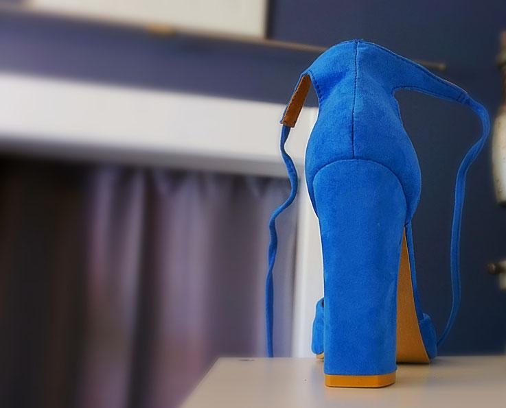 Damenschuh Velours in blau mit hohem Absatz nach der Reparatur