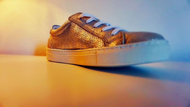 goldener Ladies Sneaker nach Modifikation auf Kundenwunsch