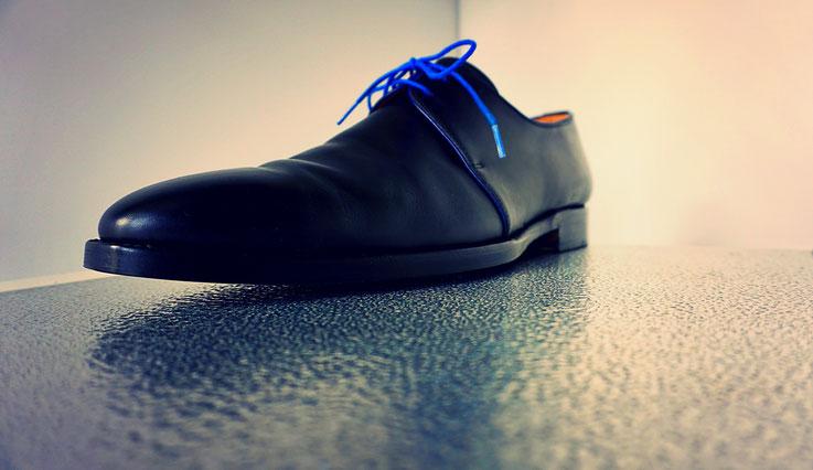 schwarzer Herrenschuh in Glattleder mit Highlight Schnürsenkel