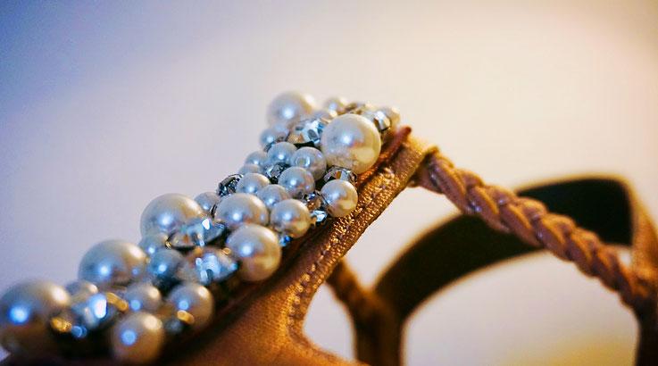 seltener goldener Design-Damenschuh mit Perlenbesatz auf Kundenwunsch