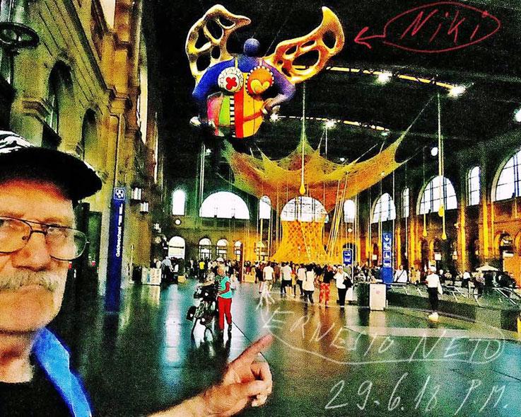 Pedro Meier – Niki de Sankt Phalle Schutzengel Zürich Hauptbahnhof – im Hintergrund Installation von Ernesto Neto Brasilien »Gaia Mother Tree« – © Pedro Meier »Selfie-Art-Project« – Atelier Gerhard Meier Weg Niederbipp / Bangkok Golf von Thailand, SIKART