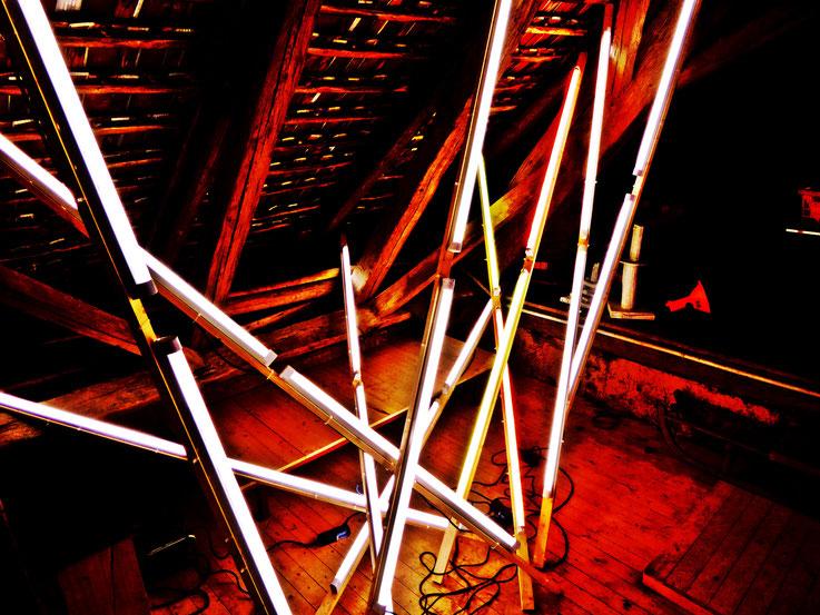 Pedro Meier – Lichtkunst – Light and sound performance – Neon und LED-Installation 2017 Nr. 08 – im Dachstock Atelier Gerhard Meier-Weg Niederbipp – Photo © Pedro Meier Multimedia Artist / ProLitteris (Olten, Bangkok)
