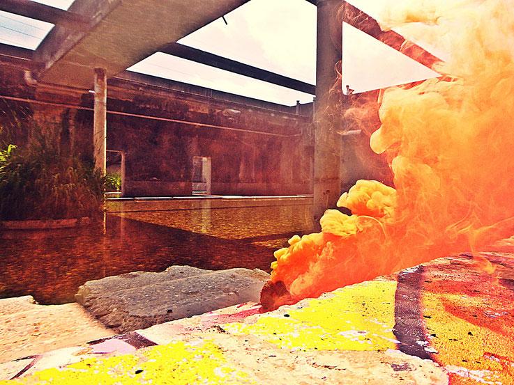 Pedro Meier Rauch Performance, Yellow Colour Smoke Bomb Action »Pink Flamingo«, Campus Attisholz Areal Uferpark Solothurn, Kantine 1881, © by Pedro Meier Multimedia Artist Niederbipp. Kunsthalle Olten. Bangkok Art Group BACC Visarte. Lexikon SIKART Zürich