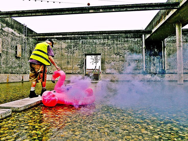 Pedro Meier Blue Colour Smoke Bomb Action, »Pink Flamingo«, Rauch Performance. Uferpark, Campus Attisholz Areal Solothurn, Kantine 1881, © by Pedro Meier Multimedia Artist Niederbipp. Kunsthalle Olten. Bangkok Art Group BACC Visarte. Lexikon SIKART Zürich
