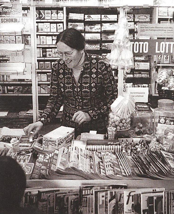 Foto von Franz Hohler – Dora Meier am Dorf-Kiosk in Niederbipp alias Amrain – Über Jahre hin hat Dorli Meier am Kiosk gearbeitet und so mitgeholfen ihrem Mann Gerhard Meier das Schreiben zu ermöglichen – Archiv Pedro Meier Multimedia Artist