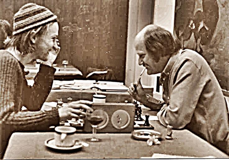 Pedro Meier Multimedia Artist beim Schachspiel mit André Behr (Schach-Journalist – Tagesanzeiger Zürich) – Schachmeisterschaft Zürich 1979 – Archiv Foto © Pedro Meier / ProLitteris