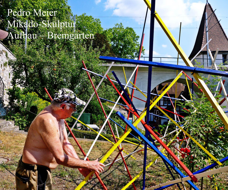 Pedro Meier »Mikado-Skulptur« im Aufbau – Gartenterrasse, Hotel Stadthof Bremgarten, Antoniegasse Obertor, Reussbrücke Katzenturm – by © Pedro Meier – Atelier: Gerhard Meier-Weg Niederbipp / Bangkok Thailand / Kunsthalle Olten, ArtWalk – SIKART Zürich