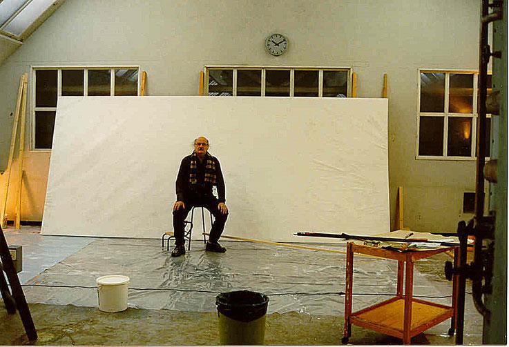 Pedro Meier vor leerer Leinwand 200x500 cm – Gugelmann-Areal Roggwil Langenthal – Selbstporträt 2001 © Pedro Meier Multimedia Artist MoMA Visual Art Museum Bangkok – FLUXUS – DADA – SIKART Zürich– Gerhard Meier Weg Niederbipp Bern bei Solothurn Oberaargau