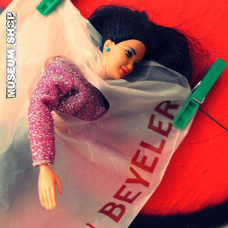 Pedro Meier: Barbie-Puppe in Einkaufstüte Fondation Beyeler. Ausstellung »MuseumsShop & Wunderkammer«. Eine Persiflage / Parodie auf den kommerzialisierten Museumsbetrieb. Installation Pedro Meier Multimedia Artist Campus Attisholz, Visarte, SIKART Zürich