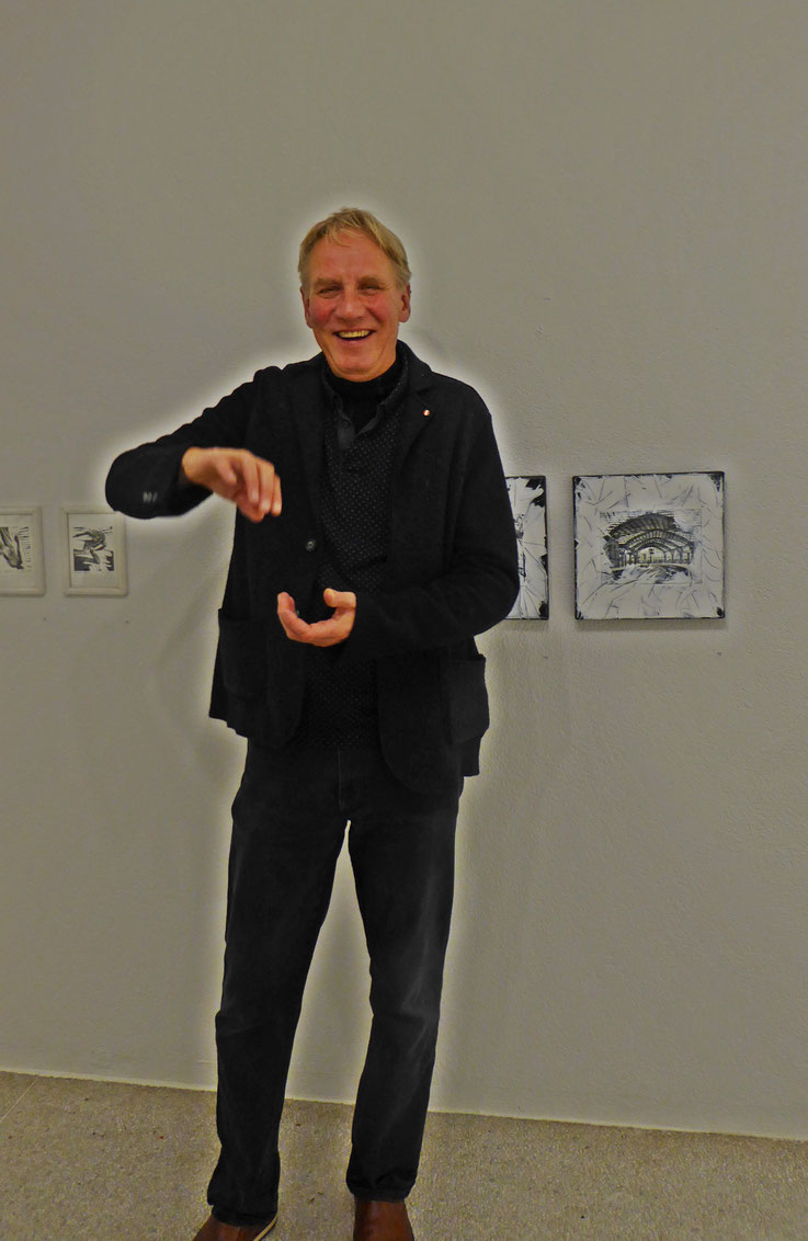 Pedro Meier – Kunstverein Olten / Visarte-Solothurn Ausstellung – »SCHWARZ–WEISS« – November 2017 – Ulrich Studer LandArt vor Bildern von Pedro Meier »Triptychon Olten SCHWARZ-WEISS« – © Pedro Meier Multimedia Artist/SIKART Zürich Visual Art – Niederbipp