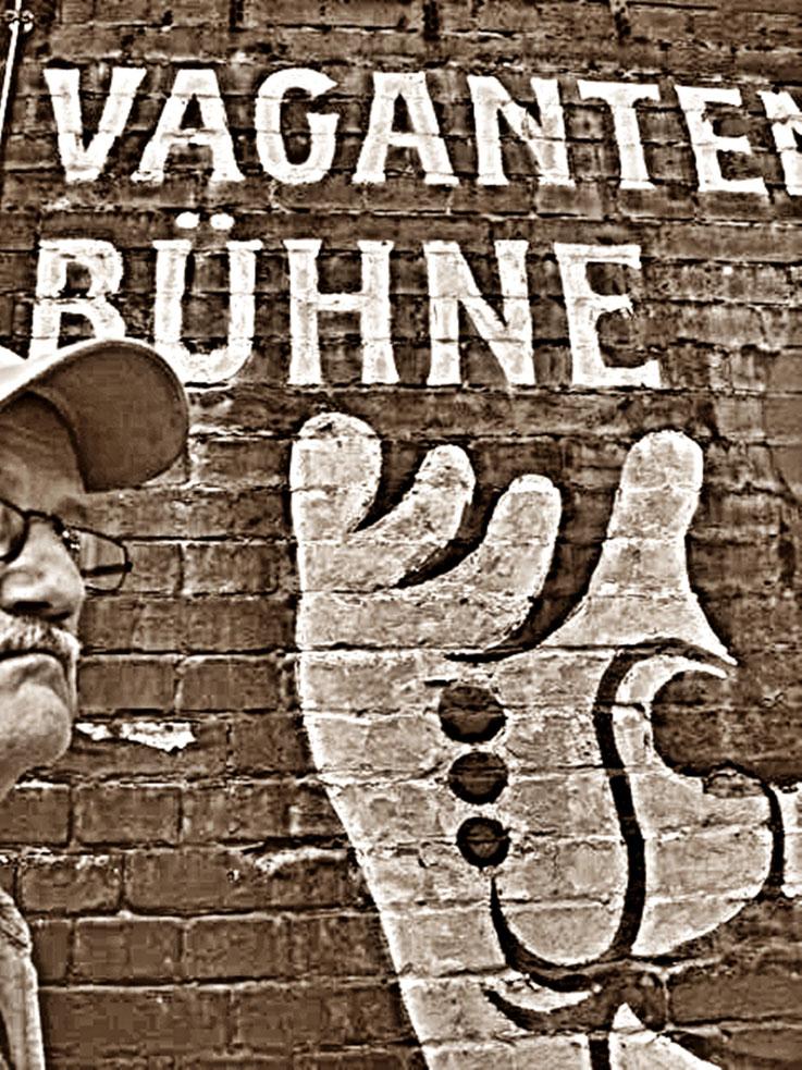 Pedro Meier vor Vaganten Bühne Berlin – 2005 – »Selfie-Art-Project« Pedro Meier – Photo © Pedro Meier PhotoArt Multimedia Artist / ProLitteris – Gerhard Meier Weg – Niederbipp – Olten – Bangkok
